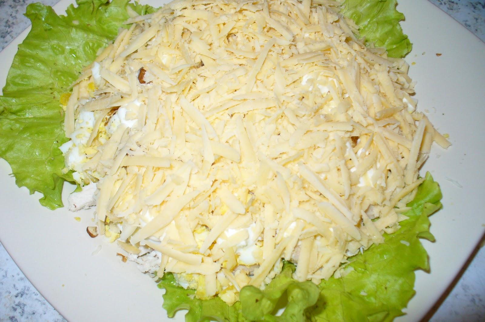 Каждый слой продуктов смазываем тонким слоем майонеза, яйца с картофелем можно посолить сверху.
